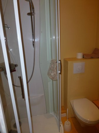 Hotel-Restaurant de la Plage : manque de recul pour photographier cette douche