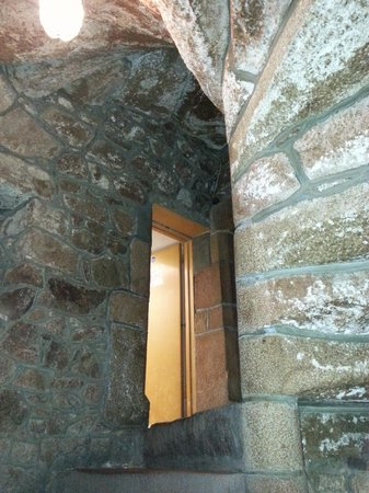 The Old Court House Inn: Granite staircase