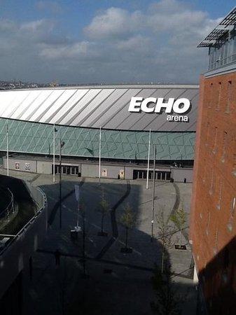 Jurys Inn Liverpool: Mersey river ligger bag Echo arene.