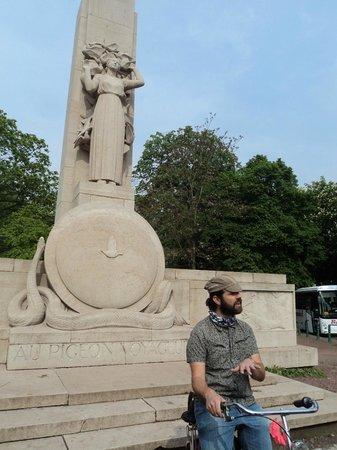 Lille à Vélo By Le Grand Huit : Florent explaining the monument to the pigeons