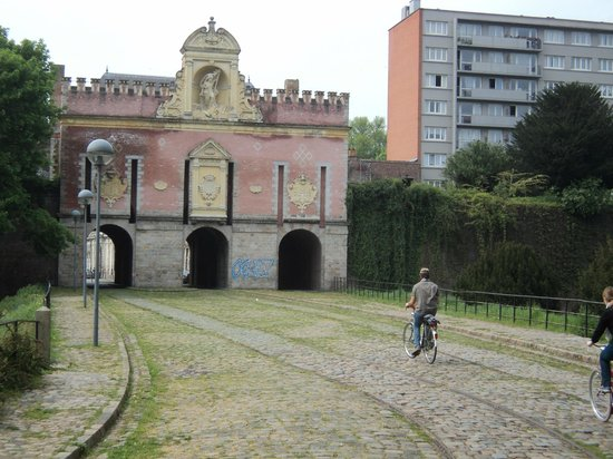 Lille à Vélo By Le Grand Huit : Old tram lines at the Porte do Roubaix.