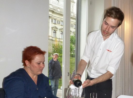 Leporelo + : Jitka gives the respect to the offered wine