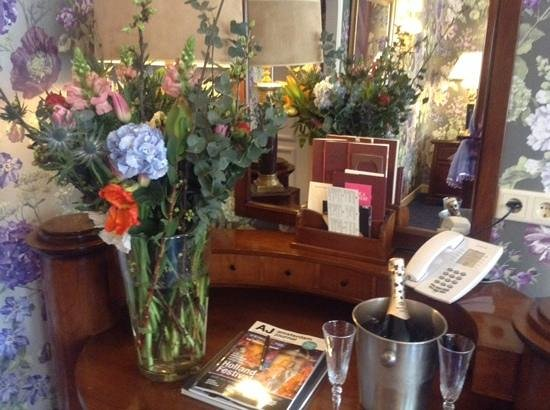 Hotel Estherea: flowers and prosecco