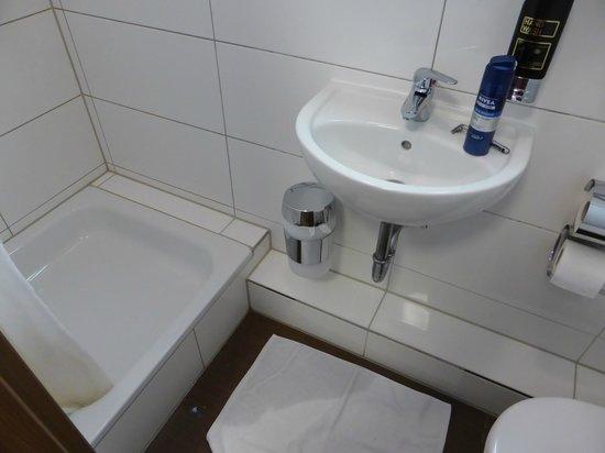 Arena Villa am Wasserpark: Das Wasser läuft an der Seite aus der Dusche
