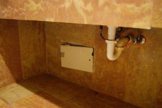 Sotto il lavandino del bagno pezzi che si staccano foto di