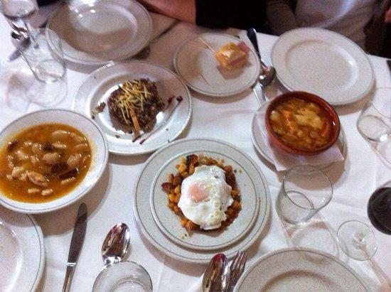 Restaurante San Pedro Abanto: Los entrantes: judíones, morcilla con pera y piñones, migas y sopa castellana