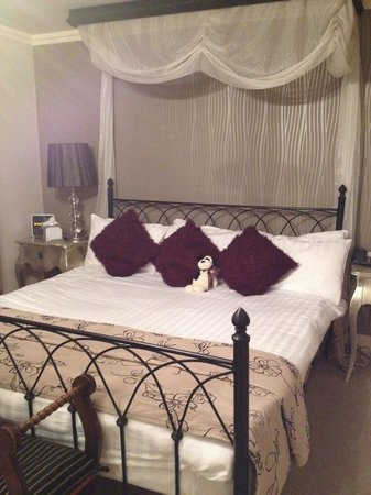 Stanwell House Hotel: Gorgeous bed