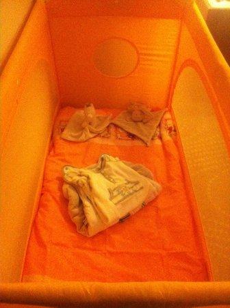 Radisson Blu Alcron Hotel, Prague: Lit bébé