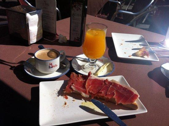 Don Mauro: Mal jamón, llamado ibérico, para estar en la plaza de Salamanca. El café malo también. Precio ca