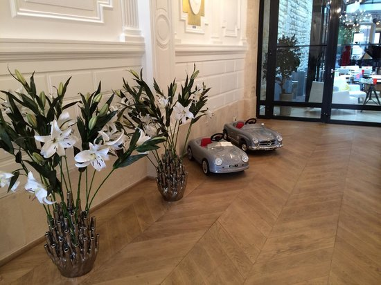 Hotel Le 123 Sebastopol - Astotel: Gorgeous flowers by the reception area