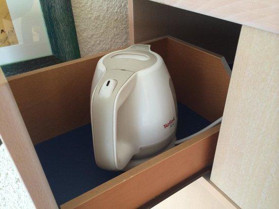 Novotel Cannes Montfleury: La bouilloire est cachée dans un tiroir !