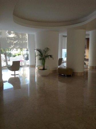 Blue Bay Platinum Hotel: reception overlooking pool