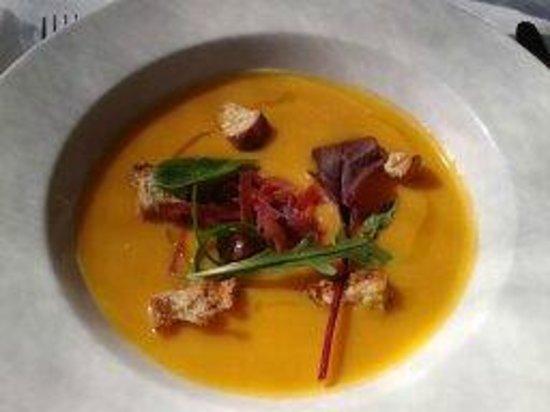 Restaurant Les Pins: velouté de potiron et jambon cru