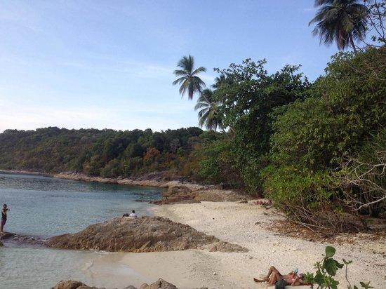 Shari-La Island Resort : Resort's private beach