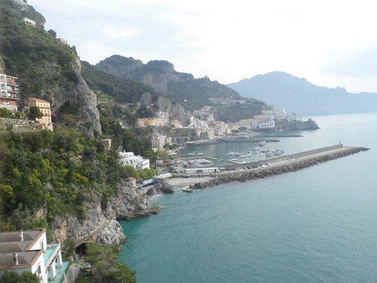 Miramalfi Hotel: Vue d'Amalfi depuis l'hôtel