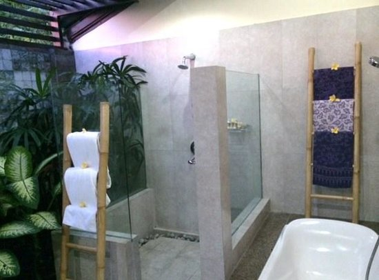 Bliss Sanctuary for Women: Outdoor bathroom
