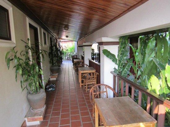 Lao Lu Lodge : Shared Balcony