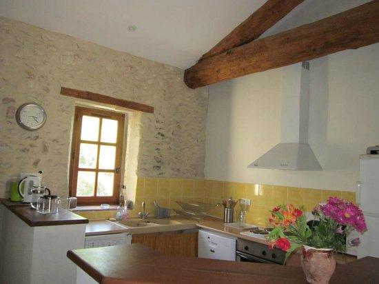 Domaine du Mazet : La cuisine à disposition dans l'espace petit déjeuner