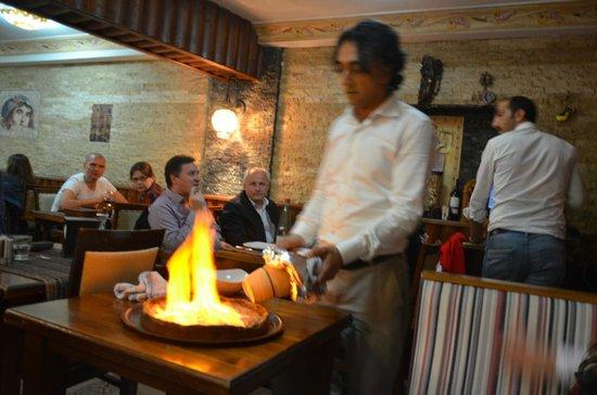 Barbecue House : Burhan che serve il testi-Kebab