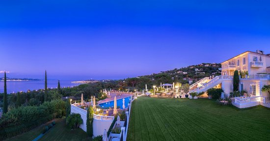 Vue de nuit sur les terrasses de l'hôtel et Saint-Tropez