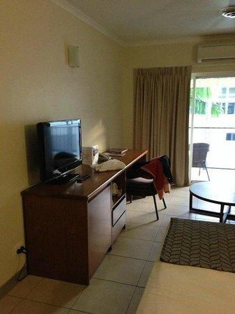 Cairns Queenslander Hotel and Apartments: TV und Ablage