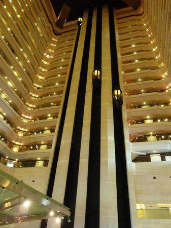 Le Meridien New Delhi: Hotel courtyard