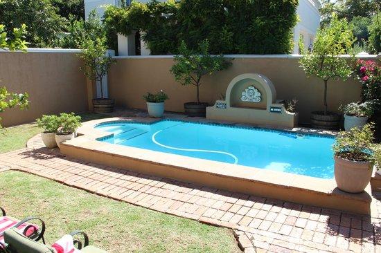 Rusthuiz Guest House : piscine agréable