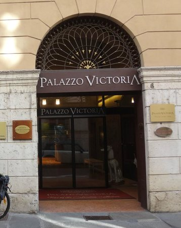 Palazzo Victoria: Low key entrance (with Ceramic dogs)