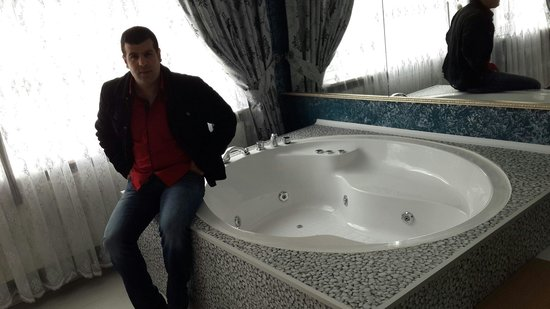 Sky Blue Hotel: Great jacuzzi. ..