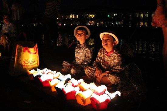 The Nam Hai Hoi An: ランタン祭りの売り子