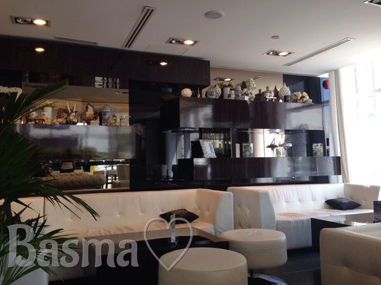 C House Lounge Cafe : The area for more comfy atmesphere and u can watch TV - non smoking