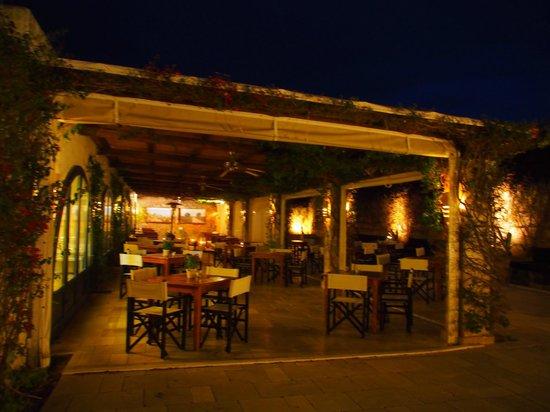 Masseria Torre Maizza : outside bar /lounge at night