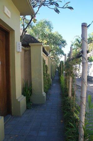 Jas Boutique Villas: way to the villa