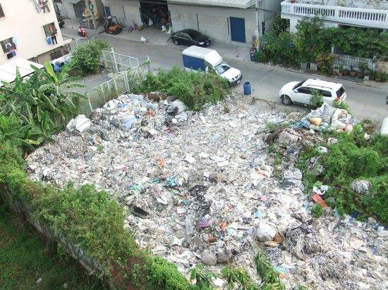 Sinsuvarn Airport Suite: Müllhalde neben dem Hotel