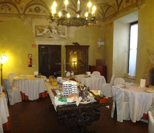 Castello Bevilacqua: Breakfast (not much offered)