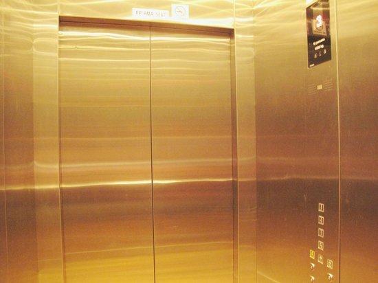 G-Inn : the interior of the lift