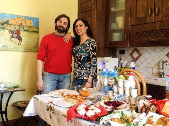 B&B Villa del Saraceno: I nostri cari neoamici Claudio e Valentina con le loro delizie della colazione