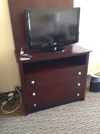 Holiday Inn Enfield-Springfield: TV and dresser