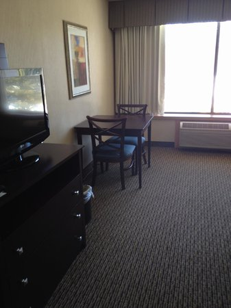 Holiday Inn Enfield-Springfield: Sitting area in Suite