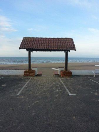 Hotel Les Dunes: Entrée de la plage via le parking