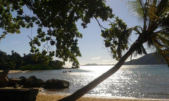 Floraly Komba : La plage devant le bungalow