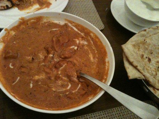 Sai Khandelaa Restaurant & Banquet Hall : yummy butter chicken and garlic naan