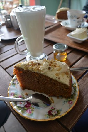 Faeryland: Hot milk with a lovely tiny pot of honey and some carrot cake