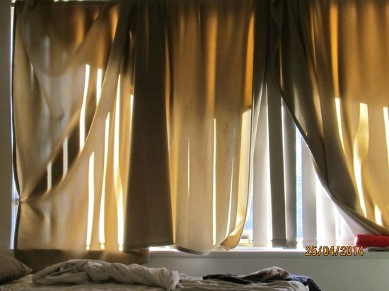 City Edge Apartment Hotel East Melbourne - Albert : even with blankets over the windows it was still too bright