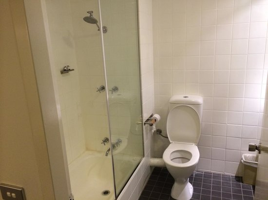 Travelodge Perth: Clean and decent bathroom.