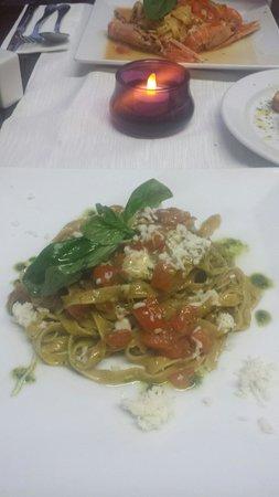 Restaurante pasta y vino: Tagliatelle with pesto, tomato and mozzarella.