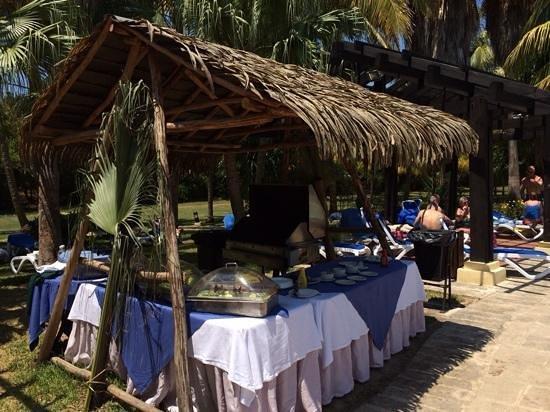 Royalton Hicacos Varadero Resort & Spa: Poolside hamburgers