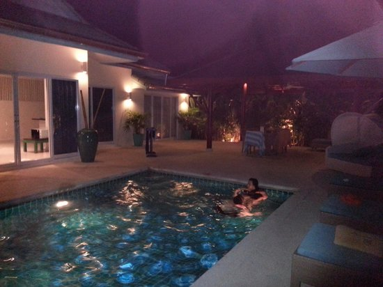 Shiva Samui : Night time in the pool