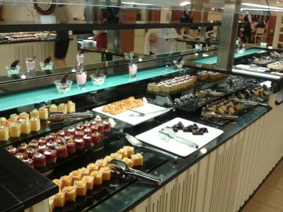 Paloma Oceana Resort: buffet desserts