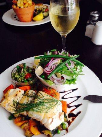 Savannah Cafe: Linefish with salad.